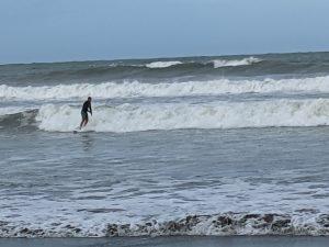 波に乗るサーファーの様子